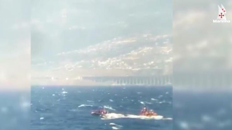 Vídeo: Marinha resgata embarcação que já metia água com 11 pessoas a bordo