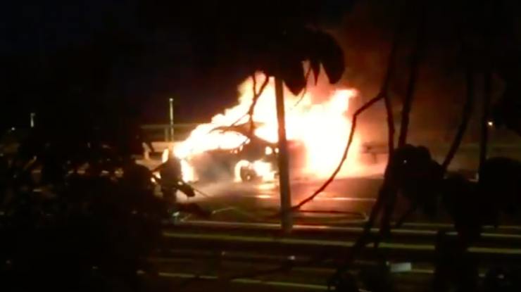 Vídeo: Carro foi 'devorado' pelo fogo na via rápida antes da chegada dos bombeiros