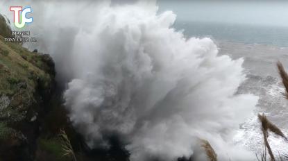 Vídeo: Esteve quase a ser 'apanhado' pelo rebentamento da onda