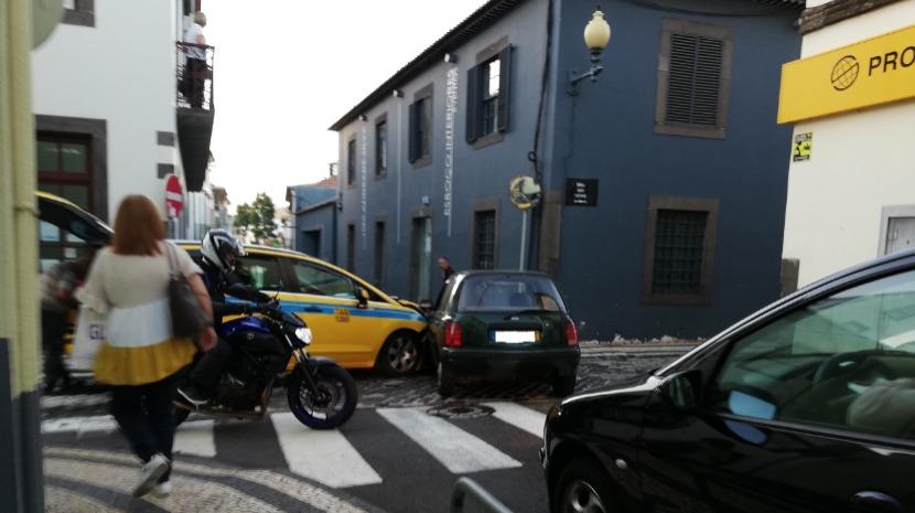 Acidente em cruzamento no centro do Funchal deixa homem preso no interior de um dos carros
