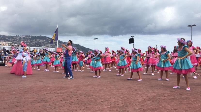 Grupo Sorrisos de fantasia anima Festa da Flor (com vídeo)