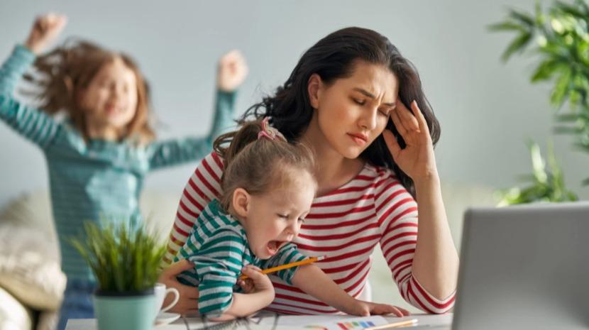 Inquérito indica que 'stress' familiar recai desproporcionalmente nas mulheres