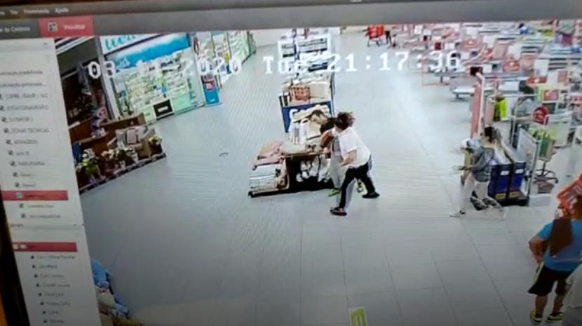 Quarteira: Murro violento derruba militar da GNR num hipermercado (Vídeo)