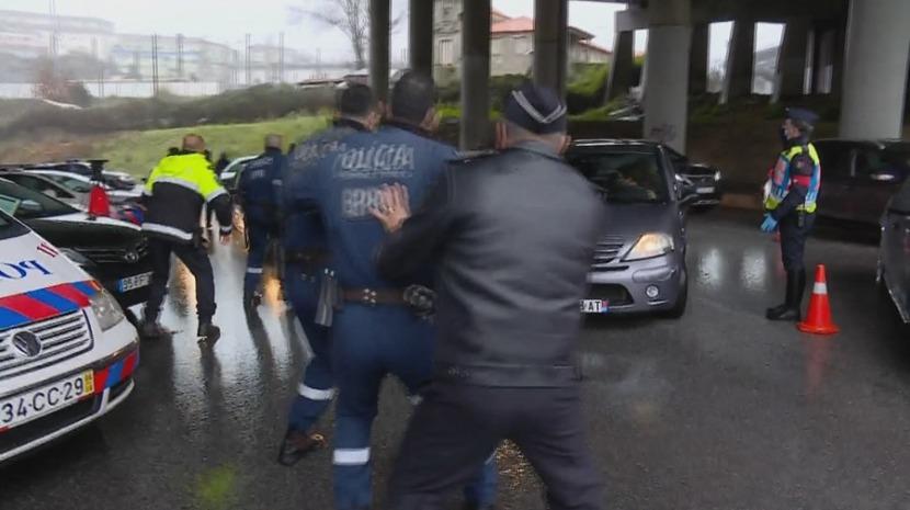 Condutor sem carta quase atropela polícias ao fugir de fiscalização no Porto