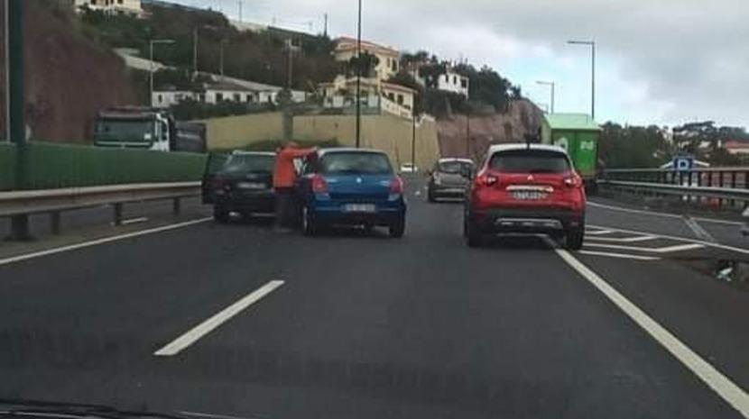 Acidente na via rápida complica trânsito no sentido Funchal - Santa Cruz
