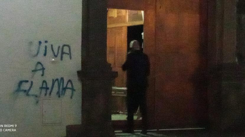 Polícia prende homem que pintava frases da FLAMA na parede da ALRAM (com fotos)