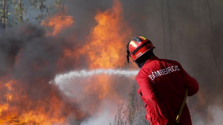 Cerca de 3.800 bombeiros combatem perto de 50 fogos
