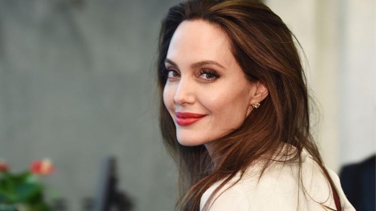 Angelina Jolie achou que trabalhar com Brad Pitt ajudaria seu casamento