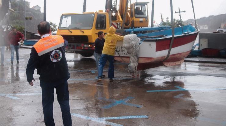 Proteção civil retira barcos do calhau da baía de Câmara de Lobos