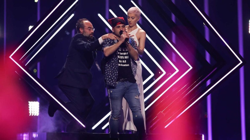 Homem invade palco da Eurovisão e interrompe atuação do Reino Unido