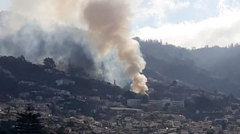 Fumo intenso gera preocupação no Funchal