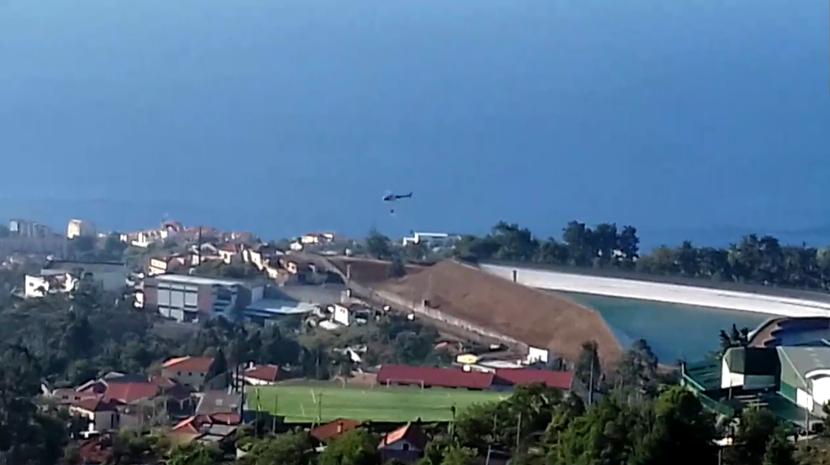 Helicóptero abastece na Lagoa do Palheiro Ferreiro (com vídeo)