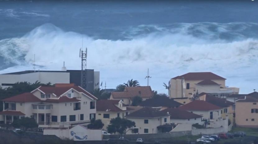 Inédito: Vídeo mostra ondas gigantes que fustigaram costa norte