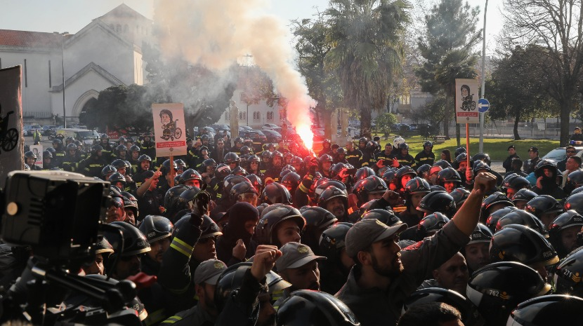Bombeiros Sapadores forçam entrada no Ministério do Trabalho