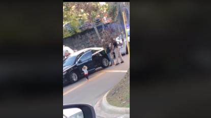 Criança vê o pai a ser detido e rende-se à polícia (vídeo)