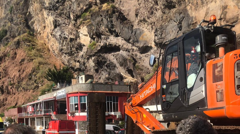 734279e8403 Máquina escavadora chega à Calheta para retirar escombros (com vídeo)