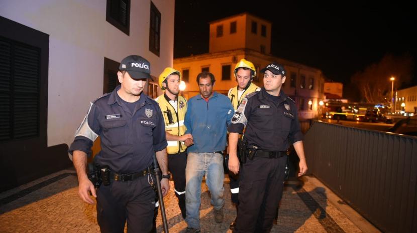 Bombeiros resgatam homem preso no prédio em chamas