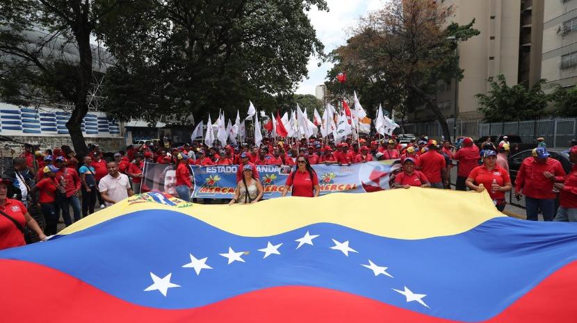 Venezuela: População de Caracas faz longas filas para conseguir água de regatos