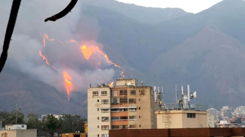 Venezuela: Mais de 100 bombeiros combatiam incêndio a norte de Caracas