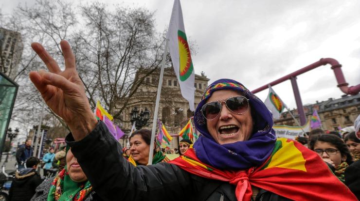 """Cerca de 30 mil curdos manifestam-se pela """"democracia na Turquia"""" em Frankfurt"""