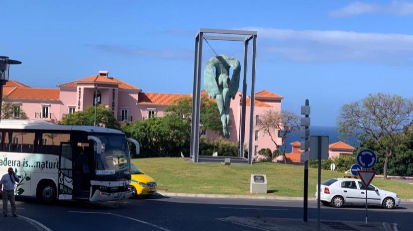 Acidente com autocarro em rotunda no Funchal