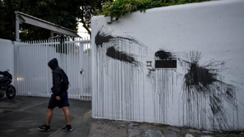 Anarquistas gregos vandalizaram entrada da residência do embaixador dos EUA