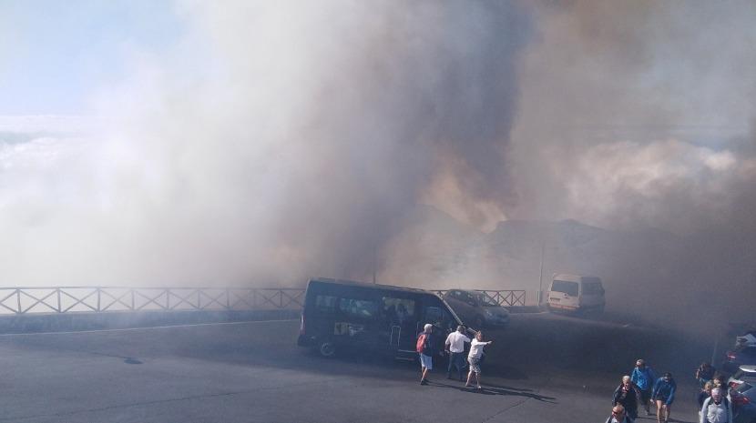Veja as imagens do incêndio florestal no Pico do Areeiro