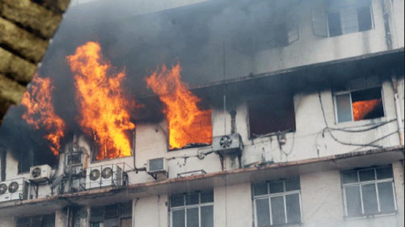 Dezenas de pessoas encurraladas por incêndio num prédio em Mumbai, na Índia