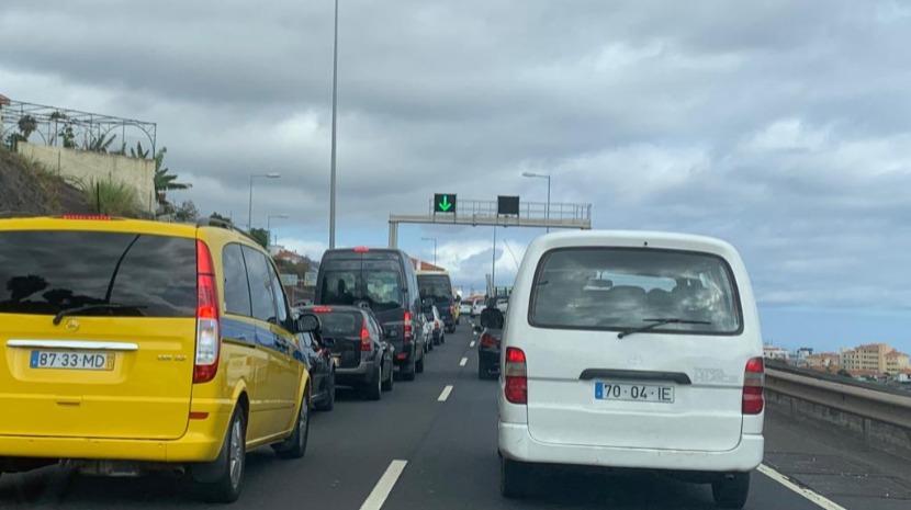 Trânsito muito congestionado na via rápida