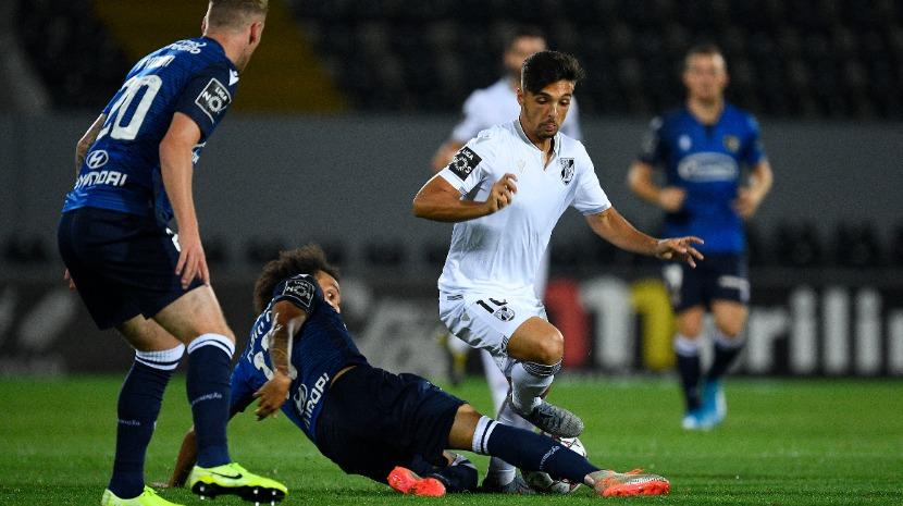Famalicão empata em Guimarães e segue na liderança a par do Sporting