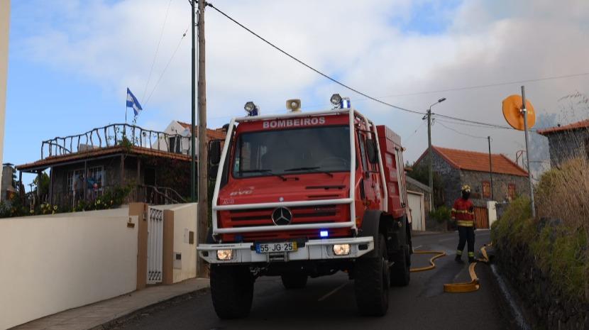 20 bombeiros e helicóptero combatem incêndio nos Prazeres
