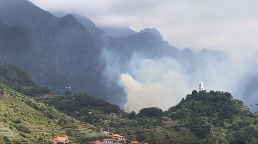 Helicóptero combate Incêndio em zona de mato em São Vicente (Com vídeo)