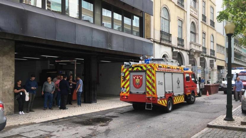 Elevador cai 21 andares em edifício do BPI em Lisboa e mata um homem