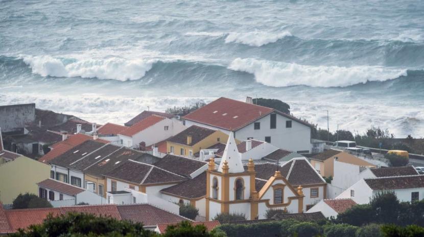 Açores/Mau tempo: Centro do furacão deve passar a 100 km da ilha das Flores