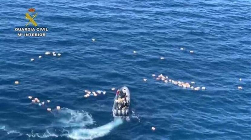 Insólito: Criminosos salvam a vida a polícias durante perseguição a barco de narcotraficantes
