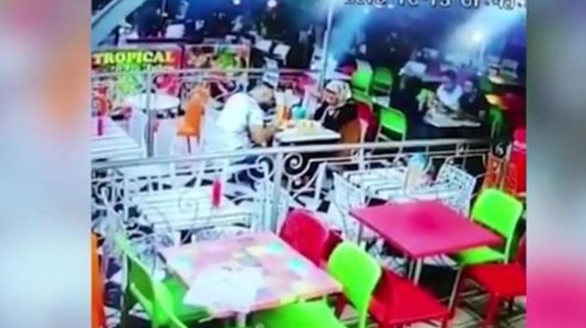 Carro colide contra restaurante e clientes são projetados violentamente (Com vídeo)