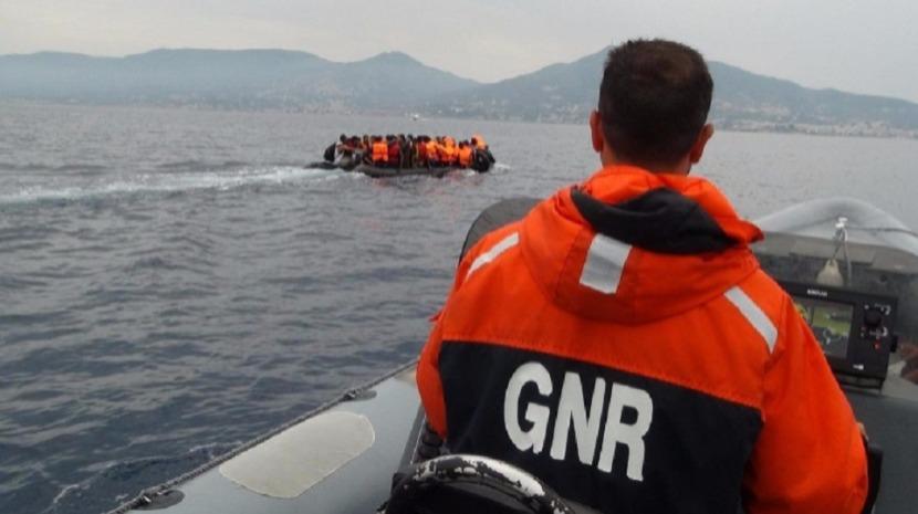 Unidade Costeira da GNR resgata 40 migrantes em barco de borracha no mar Egeu