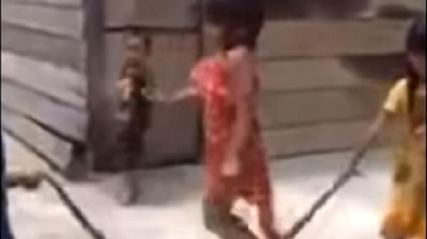 Crianças saltam à corda com cobra no Vietname (Com vídeo)