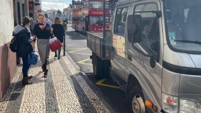 Choque entre autocarro turístico e carrinha na Rua 31 de Janeiro