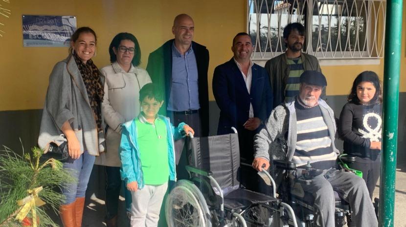 Associação de Deficientes entregou uma cadeira de rodas manual na Escola Básica do Caniço