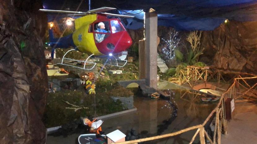 Veja o helicóptero a resgatar tripulante de barco no presépio dos Bombeiros da Calheta (fotos e vídeo)