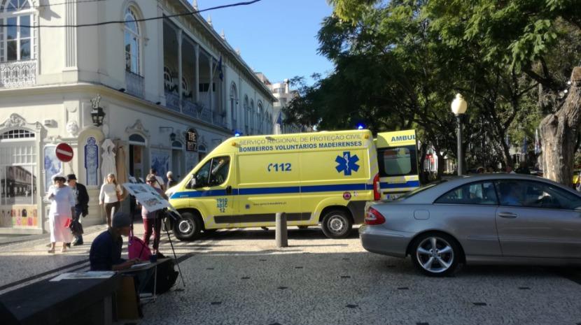 Mulher sofre queda junto ao Teatro Municipal Baltazar Dias
