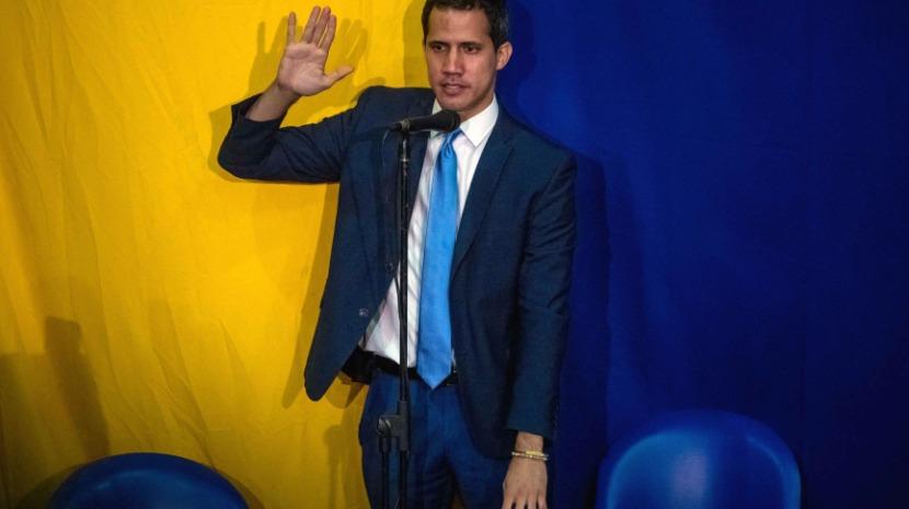 Juan Guaidó reeleito presidente do Parlamento em sessão paralela na sede de um jornal