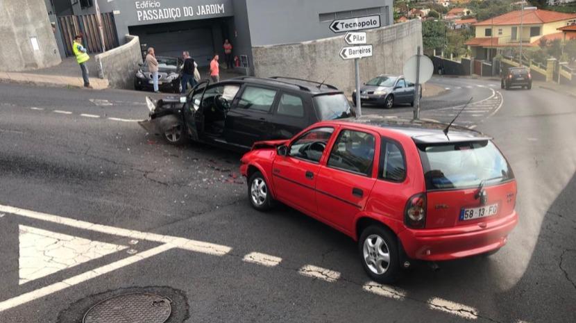 Colisão provoca danos em duas viaturas no Pilar