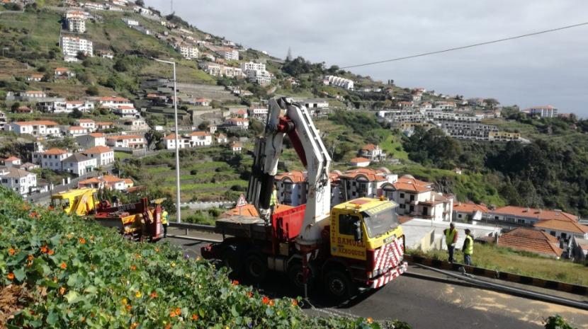Camião já está a ser retirado do poço