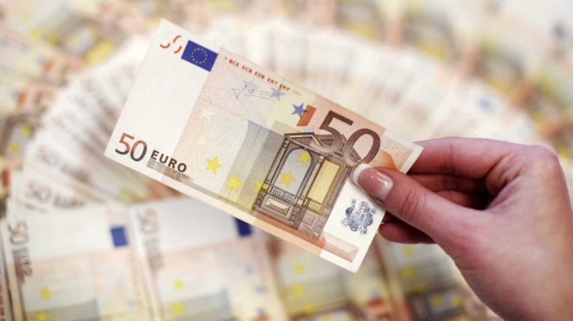 Euro cai com dólar reforçado por dados do emprego