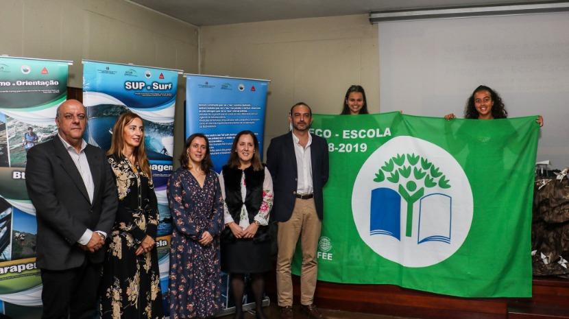 Idalina Perestrelo no hastear da bandeira verde Eco-Escolas na Escola da Levada