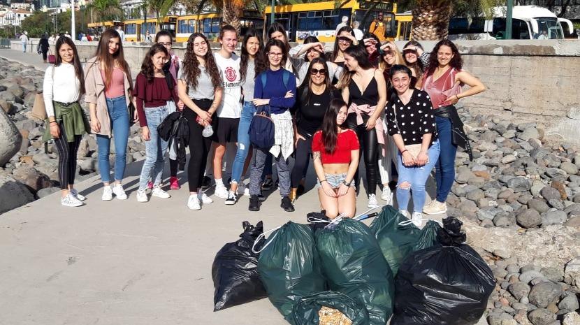 Alunos recolhem lixo da Praça do Povo e da praia no Funchal