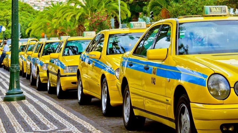 Covid-19: Táxis e Uber podem funcionar mas sem passageiros ao lado e com vidros abertos