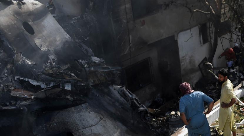 Autoridades anunciam que avião que caiu no Paquistão levava 98 pessoas a bordo